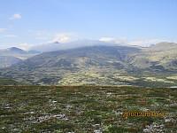 Store Elgvasshøe og toppene bak var fortsatt delvis borte i lette skyer, men de tunge regnskyene var borte