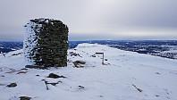 Det var kaldt og vind på toppen, men jeg tok meg en matbit i le av toppvarden på Prestkampen