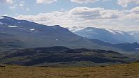 Utsikt opp mot Norges Høyeste. Jeg tenker det er litt mer folk der oppe enn her jeg går