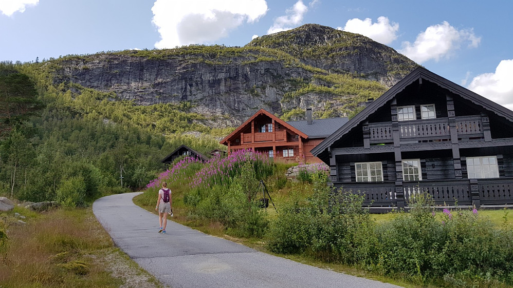 Vi startet rett opp mot toppen på asfalt mellom hyttene