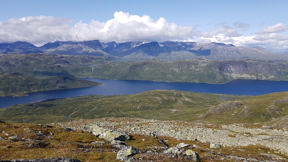 Olefjorden mot Jotunheimen som er dekket av skyer