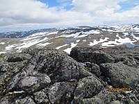 Snøkledde fjell så langt man ser fra Okken Sørtoppen