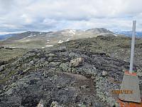 Fra toppen av Kjellarhaugen og tilbake mot Okken toppene
