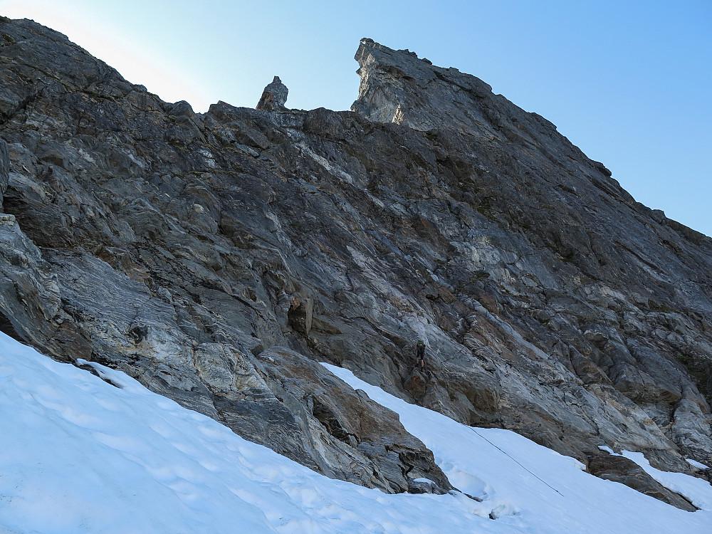 Sven-Are i siste rappell fra Spisstind og ned på snøfeltet
