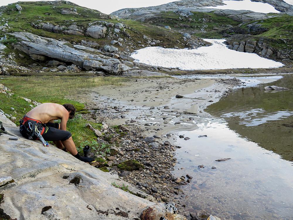 Vi tar en rast ved Skarsvatnet før det bærer oppover mot Åselitindan og en ny fjellrygg. Jammen var det godt å få tilgang på vann