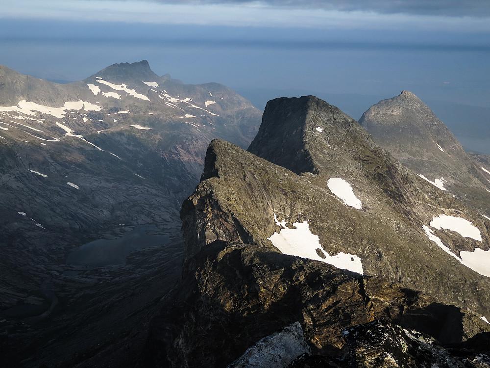 I forgrunnen fra venstre: Navnløs knaus (besteget), Ryptinden og Børtinden