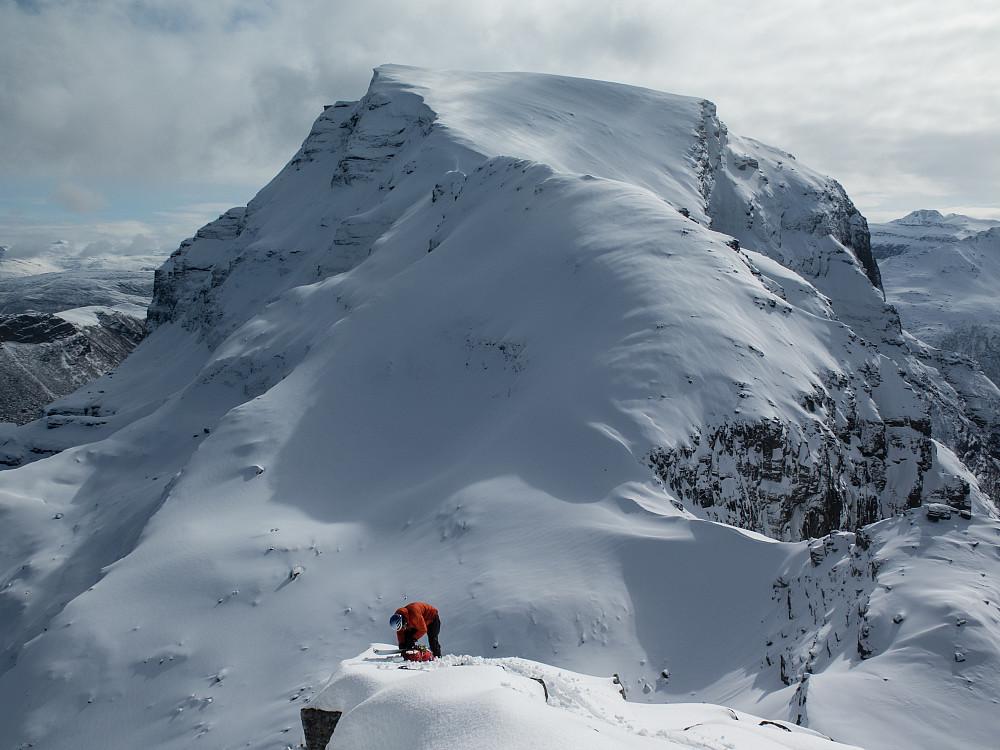 Kristian med den østlige toppen av Reintindan og Høgnakken i bakgrunnen