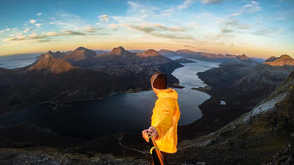 Nevelsfjorden i bakgrunnen