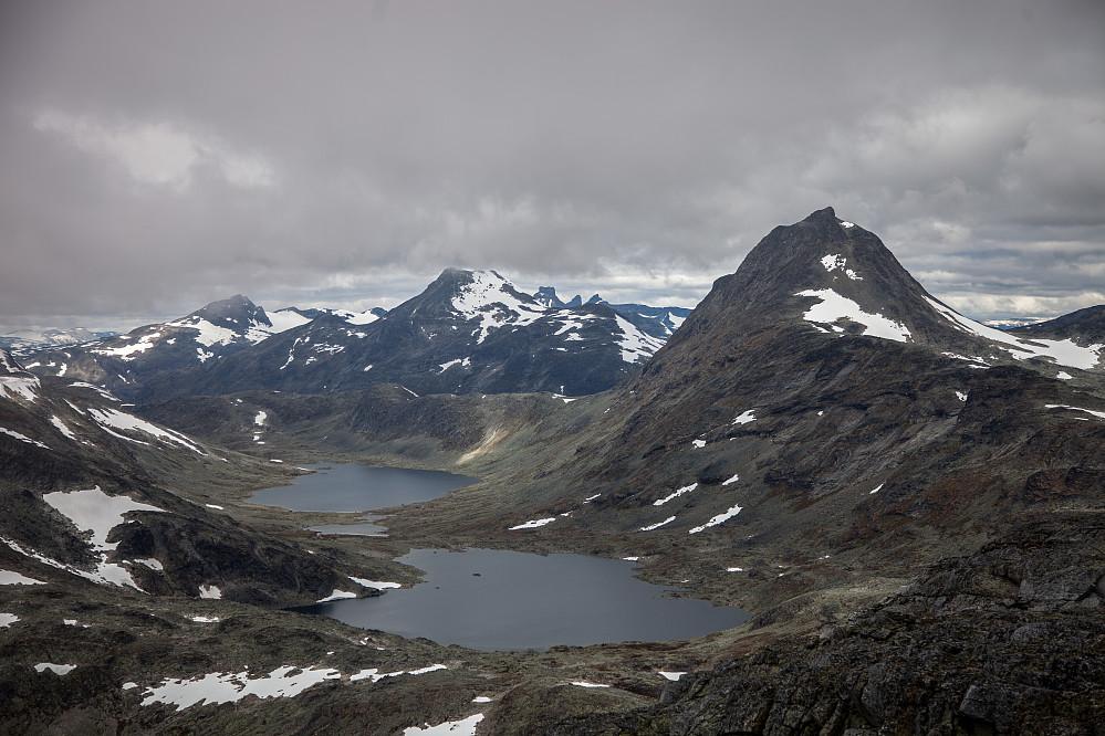 Fra høyre: Mjølkedalstind og Store Rauddalstind. Storebjørn og andre Smørstabbtinder synes også i bakgrunnen midt i bildet.