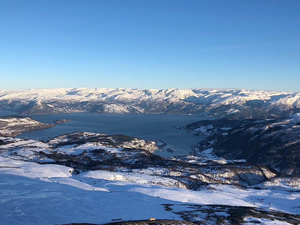 Utsikt over Hardangerfjorden. Folgefonna synes også til høyre i bildet.