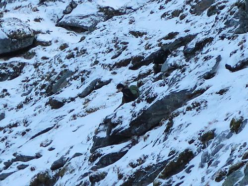 Sven Are og Kristoffer jobber seg nedover mot de utsatte snøfeltene nedenfor Mulstrandtinden