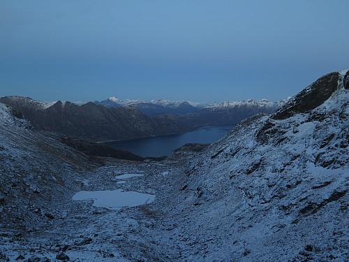 Utsikt mot Kjerringøy på andre siden av fjorden.