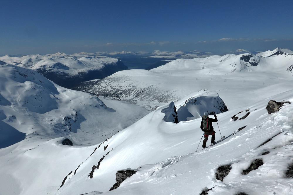 Ole Marius sniker seg ned fra Staveskoren (1458m). Herfra kan en sikkert klatre/rapelere mer direkte mot Storgladnebba også, men er man på ski så er man på ski!
