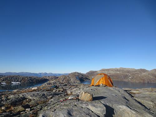 Toppen av Krokaksla, 1200 moh. Noen hadde funnet en hard, men flott plass å telte...