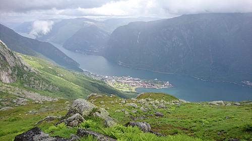 Utsikt fra kammen opp på Ruklenuten ned mot Eitrheim.