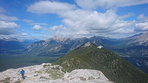 Tilbakeblikk mot gondolen og turistutsiktspunktet på Sulphur Mountain.