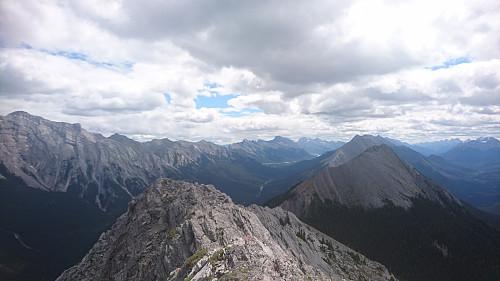 Toppen av Sulphur Mountain, 2451 moh. Utsikt videre mot den nesten like høye sørtoppen.