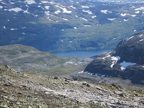 Utsikt fra Bjørnanuten ned i Holdøledalen, med Valldalsvatnet helt bak.
