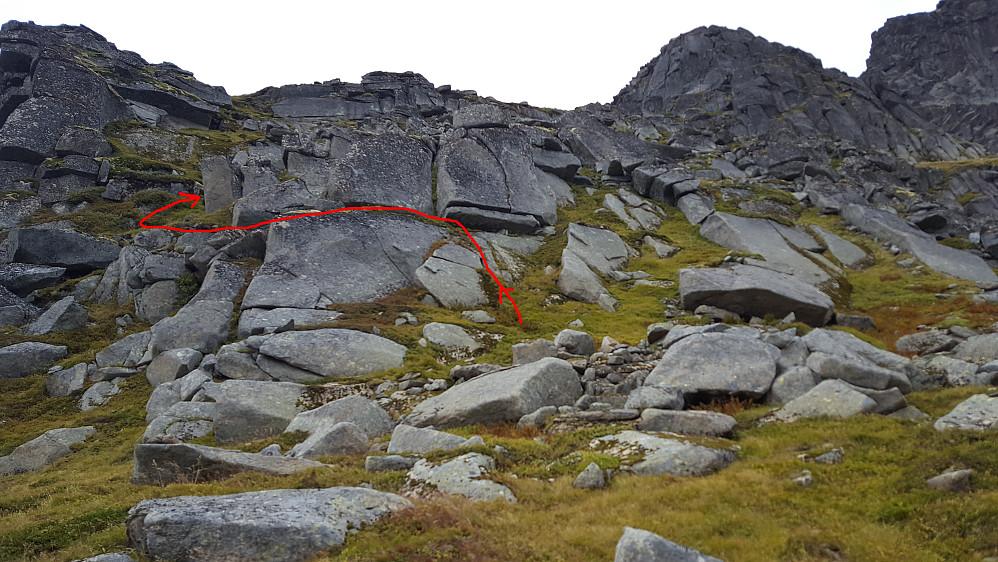 Rød strek viser stien opp første bratta fra skaret.