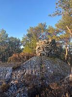 Varde på Vassliåsen. Fotografen står der hvor steina trolig ble plukket... (se neste bilde)