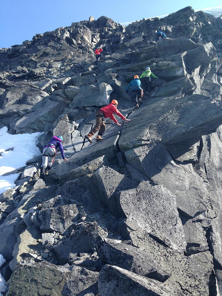 Opp svasteinene i den svært løse klyvingen til Søre Heimre Illåbreatinden