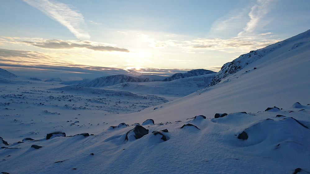 På veg opp Blåtjønnholet, med tilbakeblikk på soloppgangen over Bessfjellet