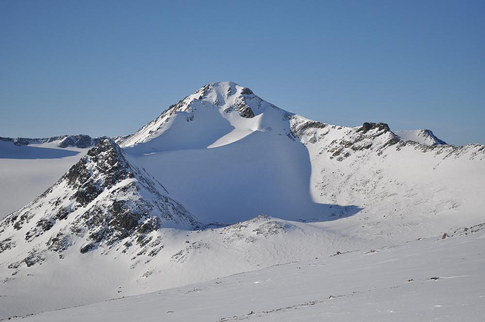 Austre Memurutinden med den uanselige Steinhaugen midt i nederst
