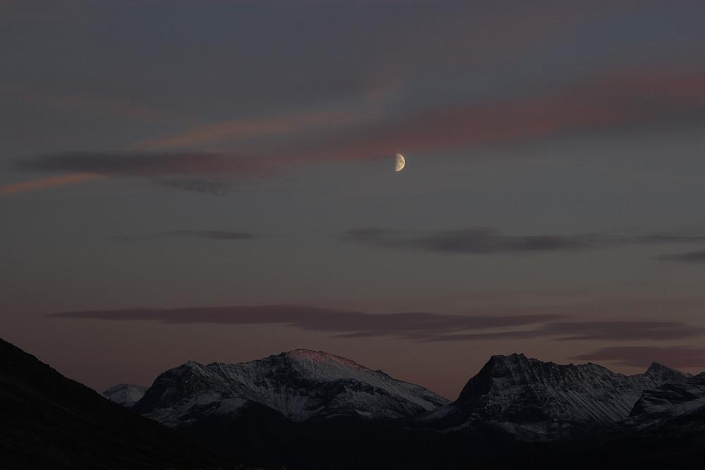Når sola blir borte, så tar månen over.