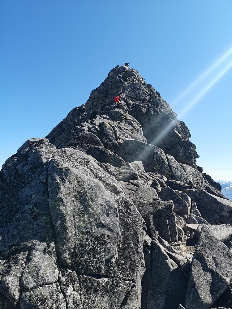 Opp mot toppen, ikke det høyeste punktet.