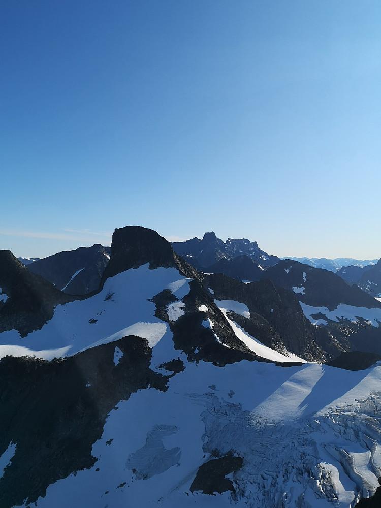 Storen midt i bildet, Store Ringstind er den svarte toppen som er nærmere og til venstre for Storen.