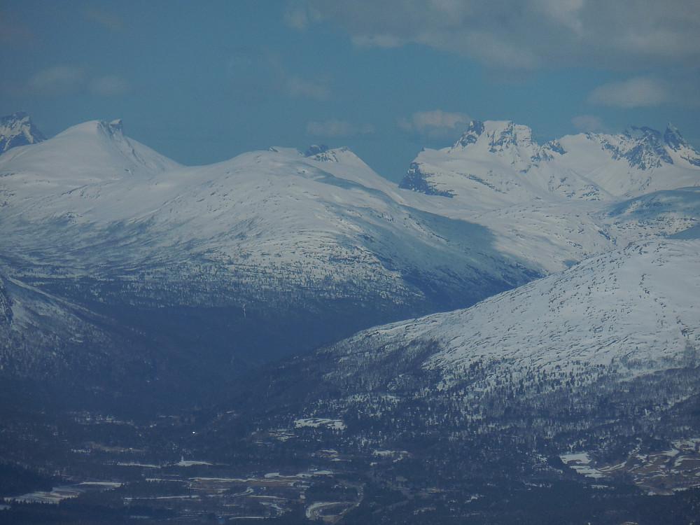 ...fjellene i Romsdalen. Fra venstre Dønttinden, Romsdalshornet, Kalskråtinden og Venjetindane.