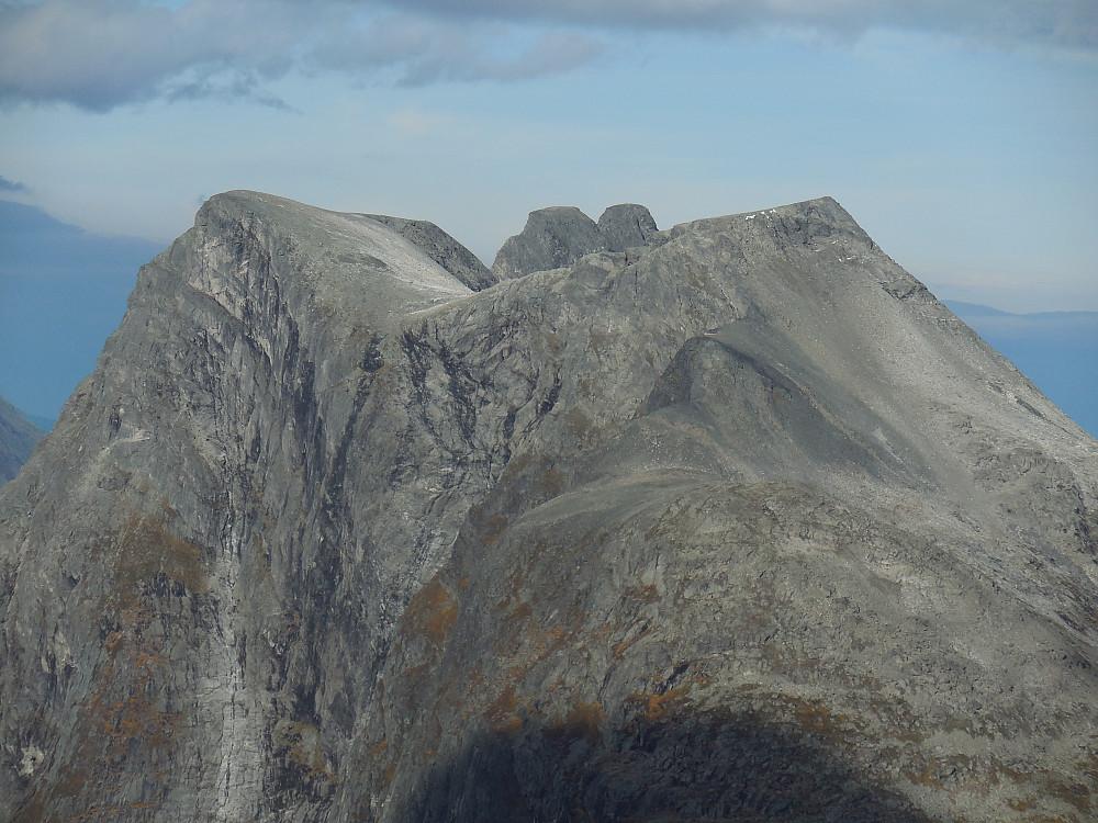 Olaskarstinden med Romsdalshornet stikkende opp bak.