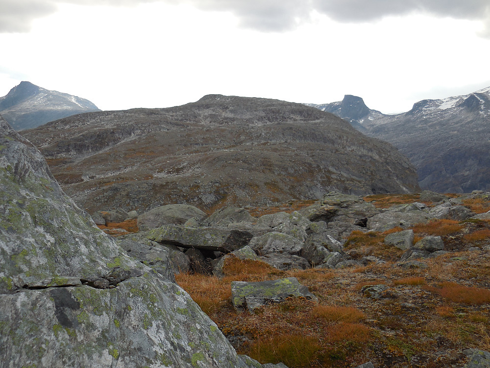 Mongejura fra nord. Bak sees Dønttinden og Svarttinden.