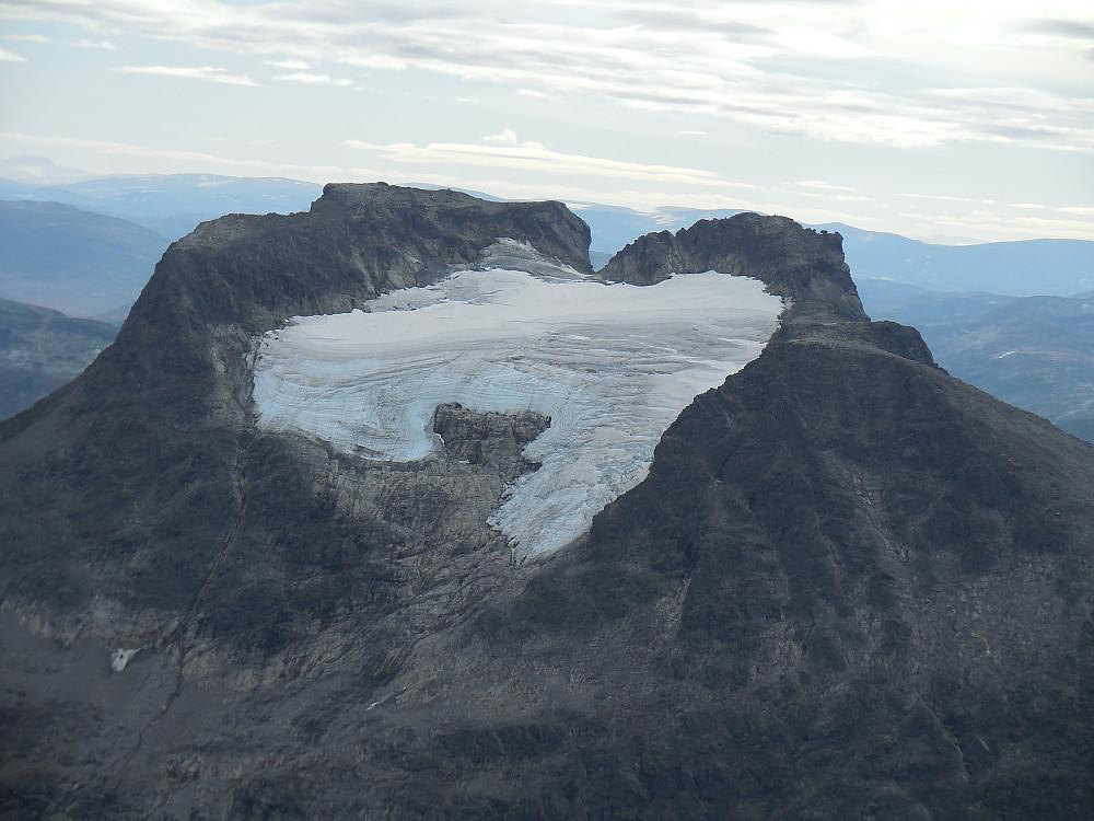 Den to-toppede Kalskråtinden sett fra Lille Venjetinden. Hovedtoppen til venstre.