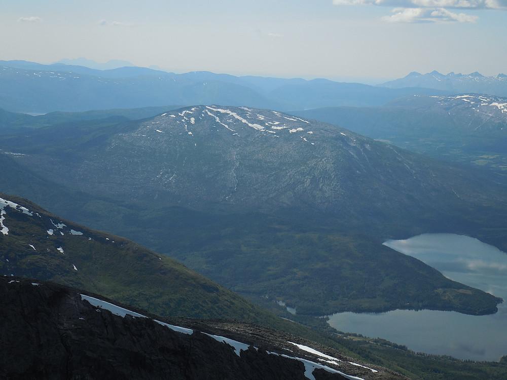 Hellfjellet ligger vest for E6. Ruver 809 moh. og har hele 711 m i primærfaktor.