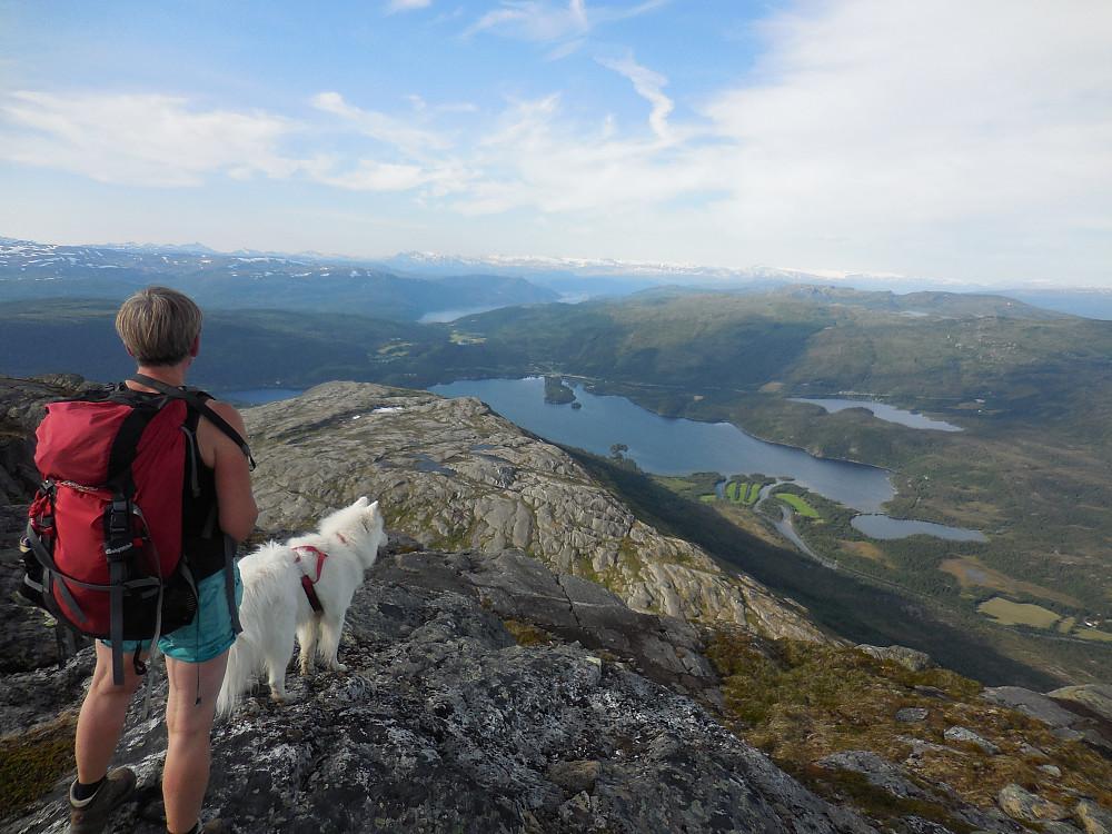 Utsikt nordover fra toppen av Nordtinden, 923 moh. Vatnet nærmest er Luktvatnet.