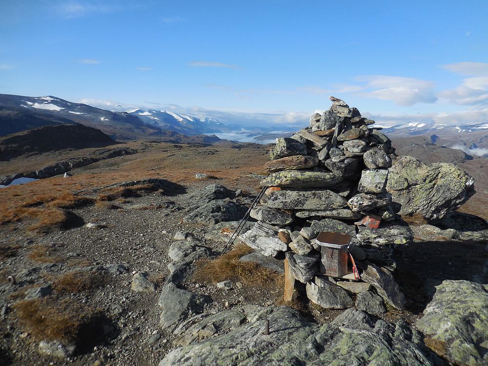 Fra toppen av Såleggje, 1540 moh. og vestover mot Bøverdalen som ligger i tåke.