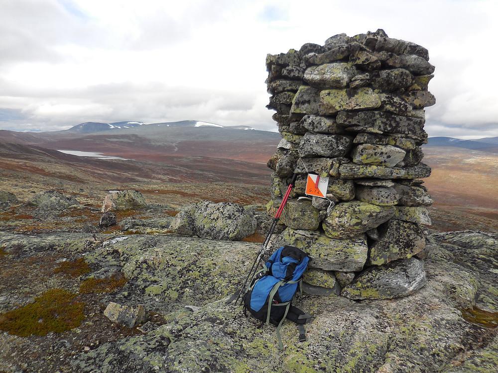 Stor og forseggjort varde på toppen av Øvste Storteppingshogget, 1264 moh.