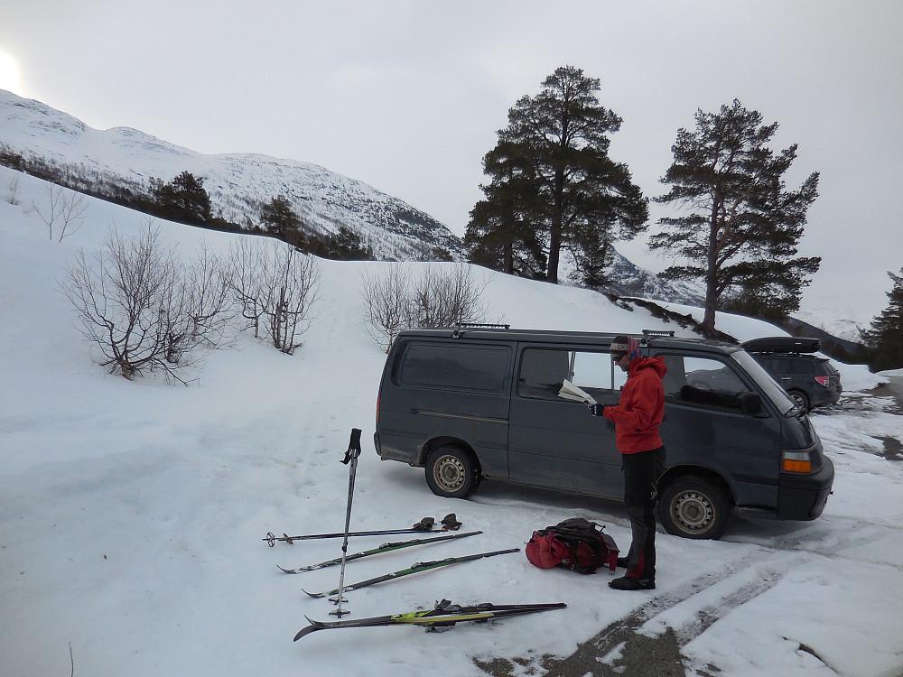 Fra Billingen vinterparkering med kartstudie før avmarsj.