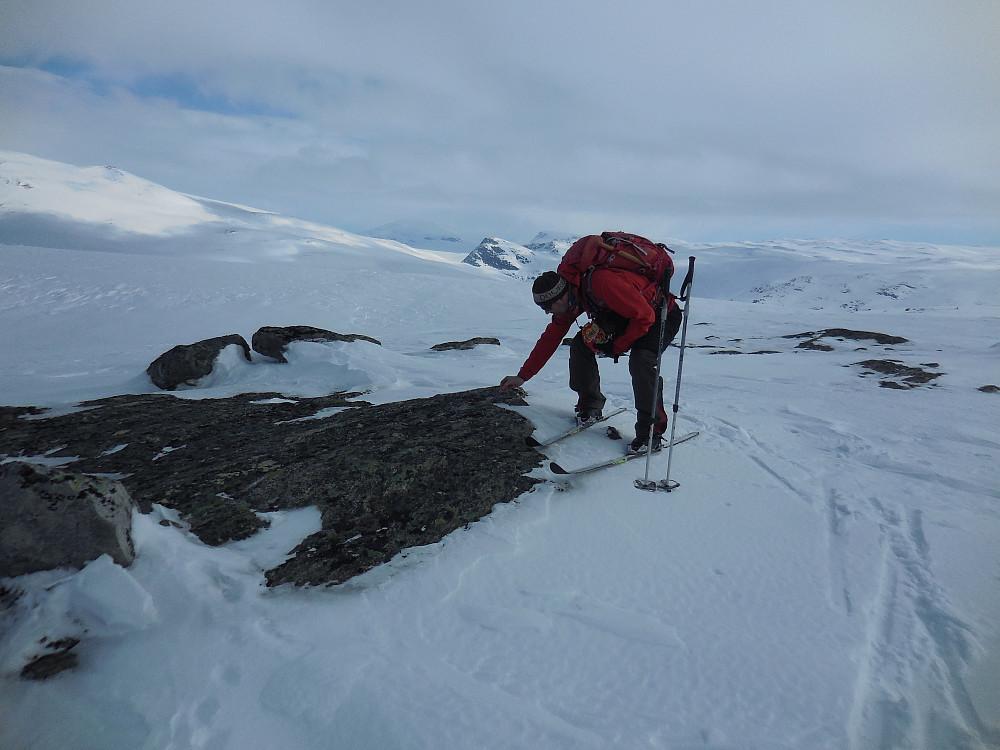 Seigmenn + en seig mann på toppen av Veslefjell, 1431 moh. Den spisse toppen med lite snø i bakgrunnen er Tordskyrkja, turens siste topp.