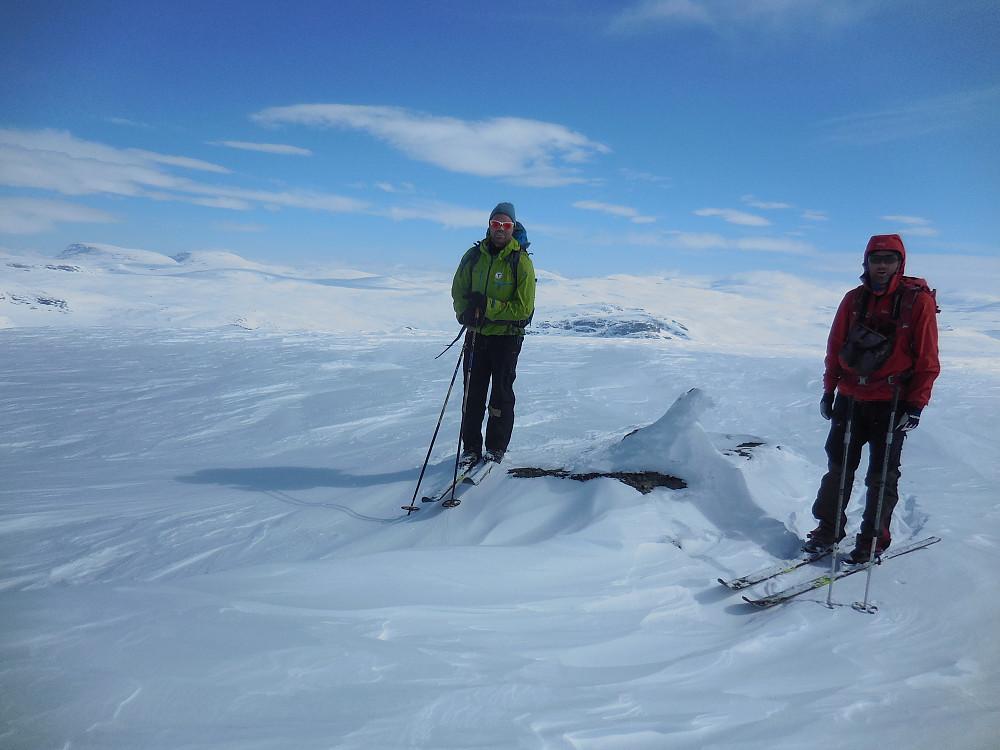 Morten og Geir Arne på Vulueggi. Bak til venstre ser vi Dørkampen og Blåhøe.