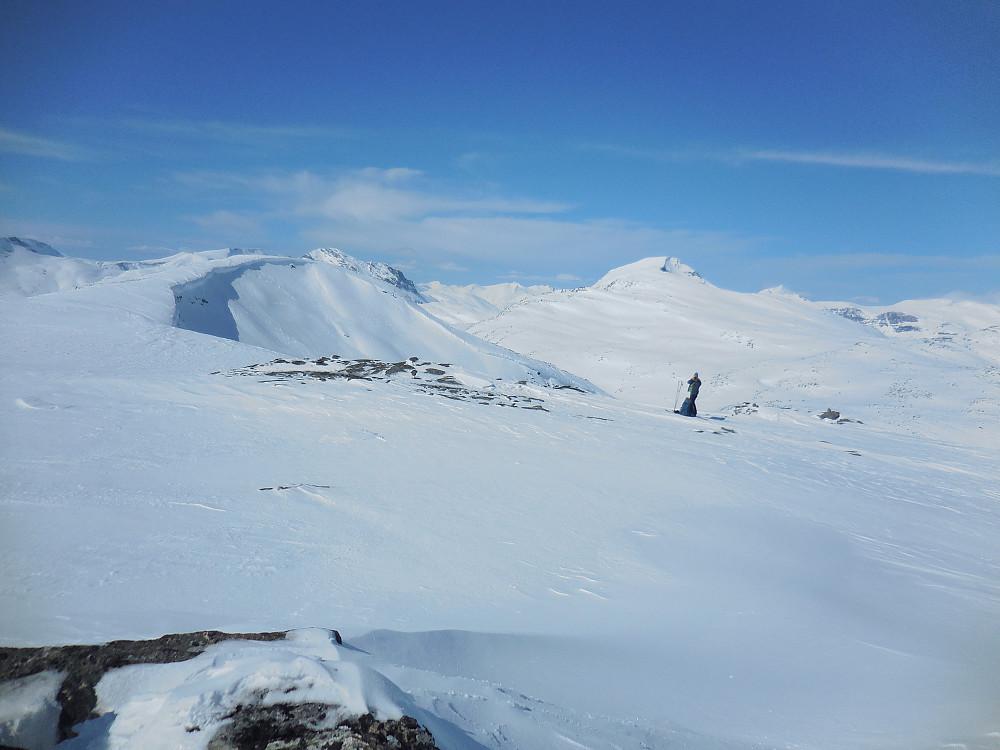 Morten på kanten ut mot Styggedalen. Tordsnose i bakgrunnen.
