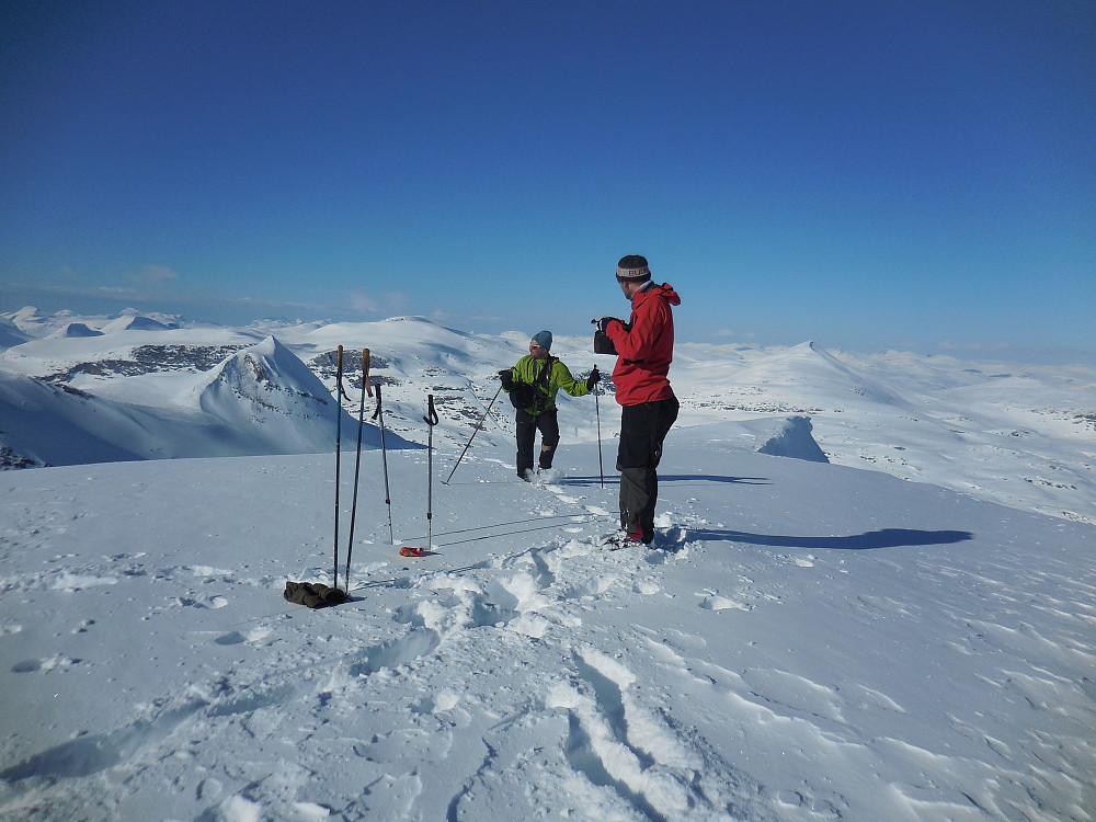 På toppen av Tordsnose, 1975 moh. Naushornet til venstre og langt bak til høyre ser vi Karitinden.