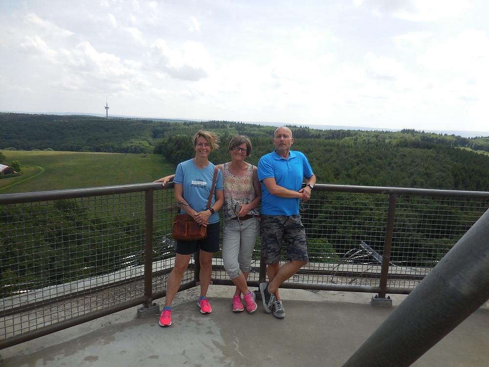 Tre fornøyde turister oppi tårnet.