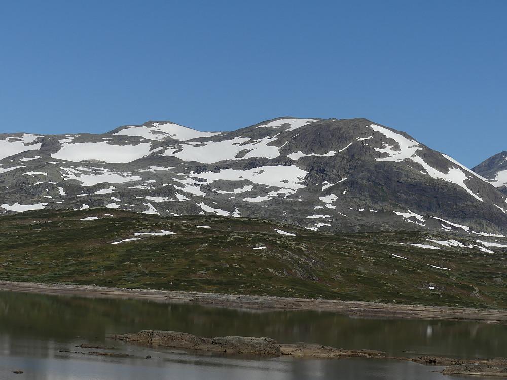Utsikt fra frokostbordet mot Breidkvamsnosi og Søre Koldedalstind..
