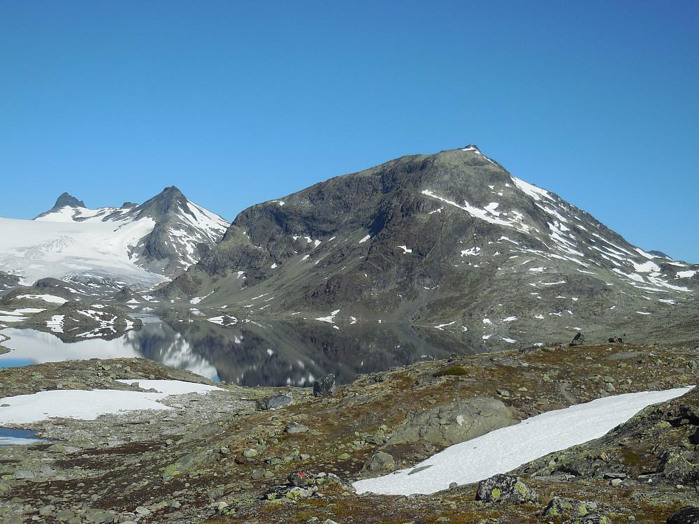 Sagi, Mjølkedalspigger og Storegut sett fra sørenden av Mjølkedalsvatnet.