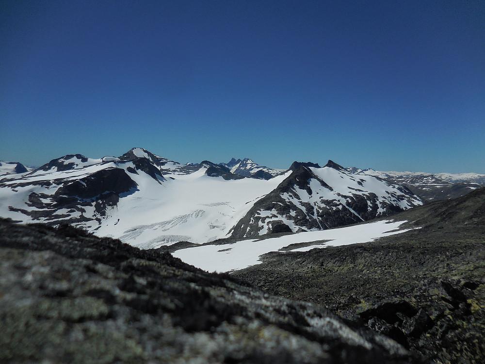 I vest Mjølkedalsbreen.