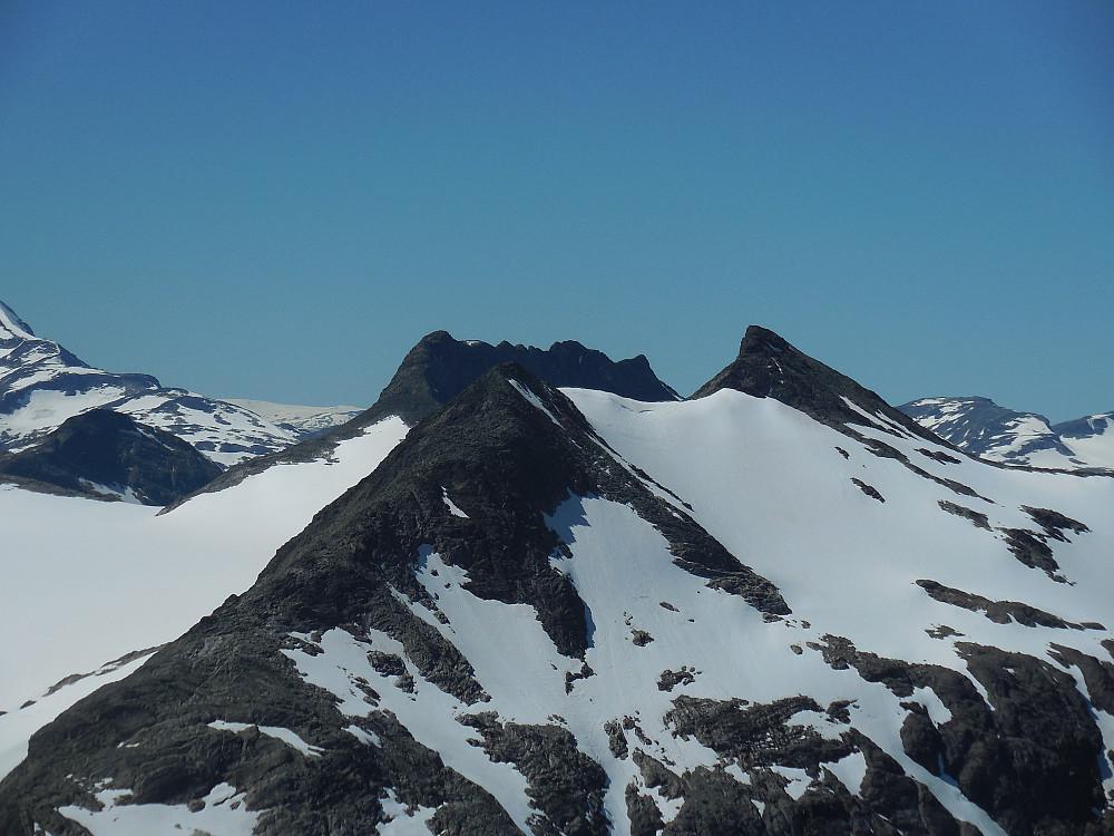 Mjølkedalspigger nærmest og Sagi i Bakgrunnen. Klumpen til venstre er Uraknatten.