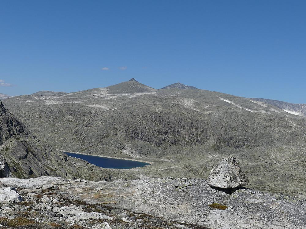 Nordover mot Steindalshøe og Vestre Hestbreapigger. Vi ser så vidt i det regulerte Svartdalsvatnet.