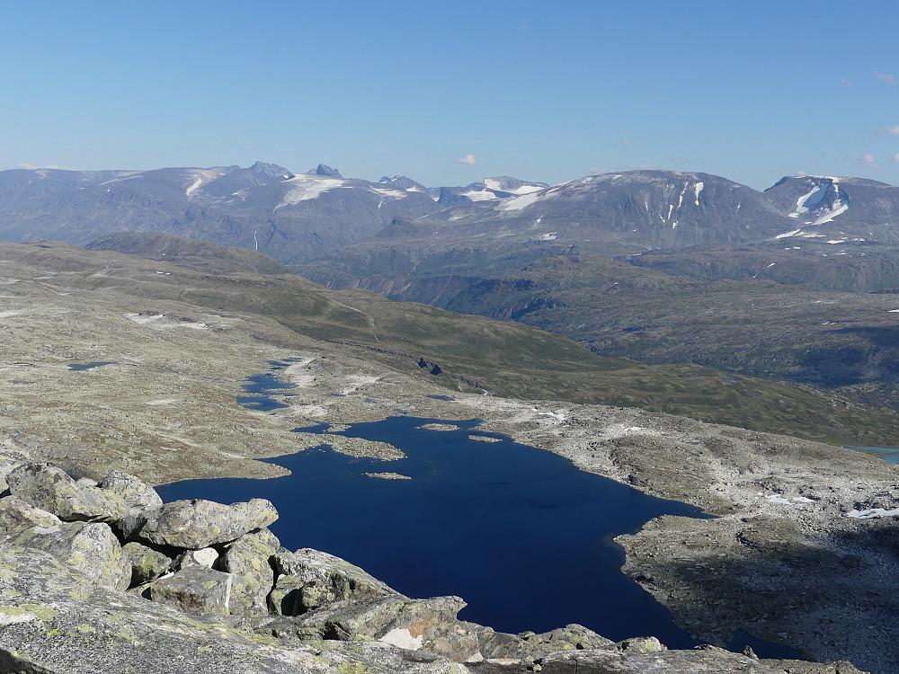 Over Svartdalstjørna og inn i Jotunheimen.